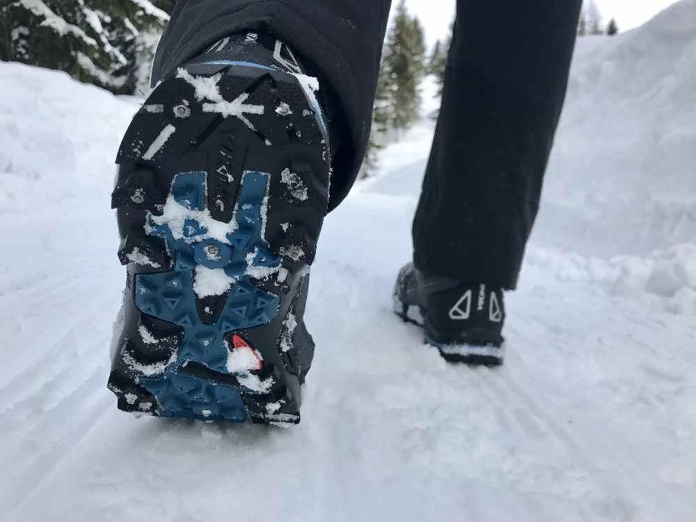 Ausrüstung Winterwandern - mit Spike-Schuhen sicher im Schnee unterwegs