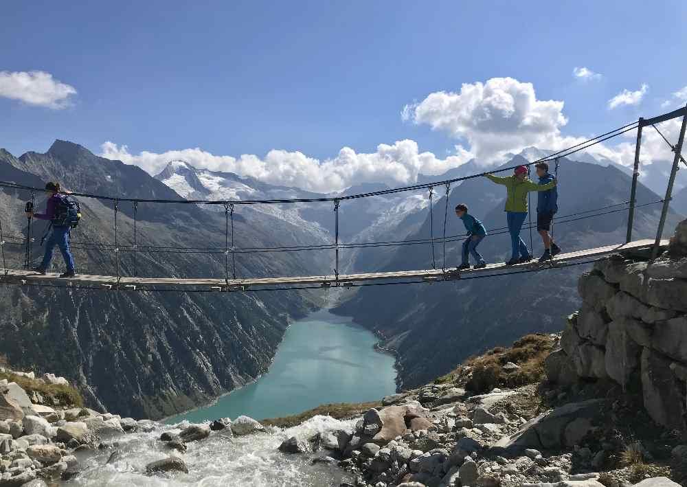 Wandern im Sommer - am Bergsee mit Gletscherblick