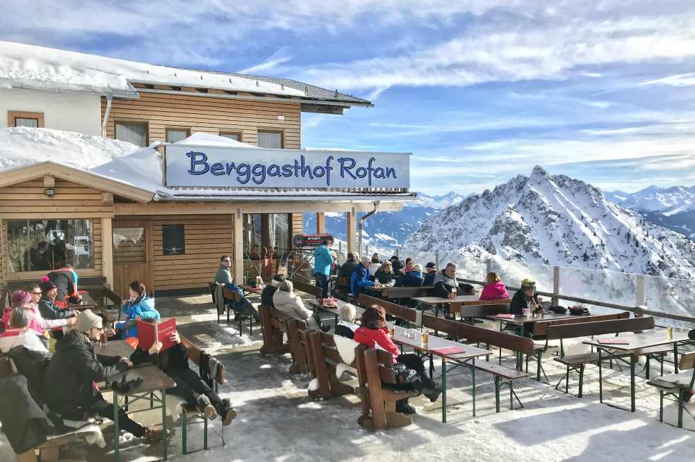 Schneeschuhwandern Tirol - zuerst eine Tour im Schnee, danach gut einkehren!