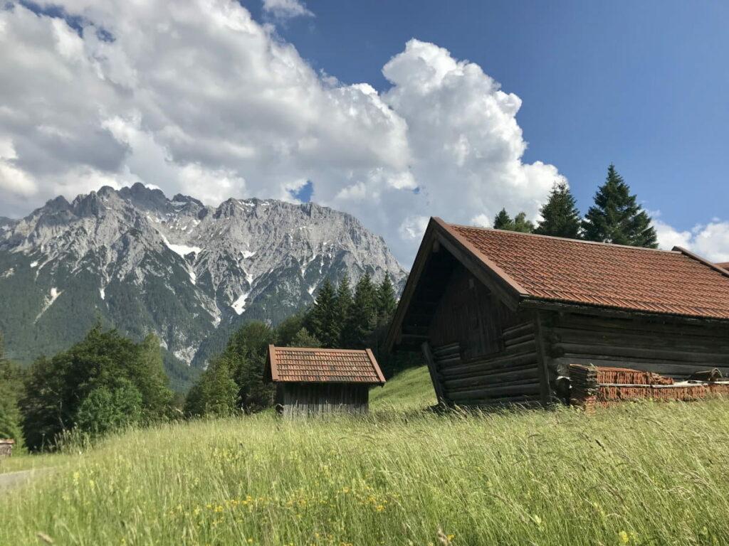 In Deutschland wandern: So schön sind die Almwiesen mit dem Karwendel in Mittenwald
