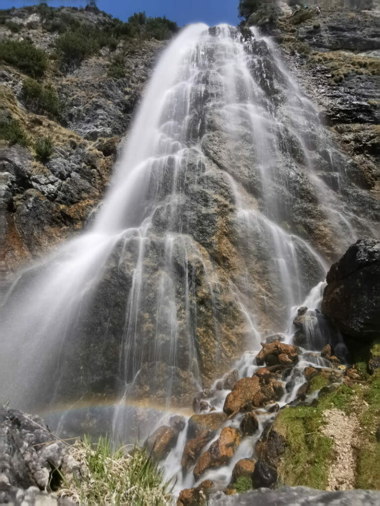 Sonnige Frühlingswanderung mit berauschendem Wasserfall: Zum Dalfazer Wasserfall in Tirol