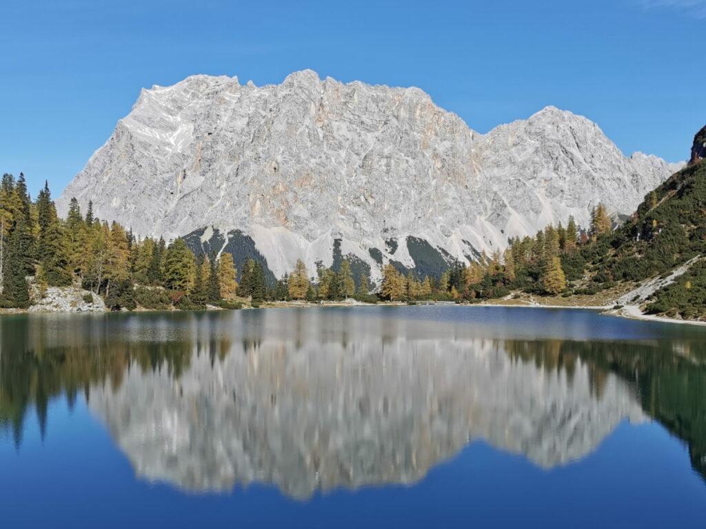 Österreich wandern mit Blick auf das Wettersteingebirge samt Zugspitze