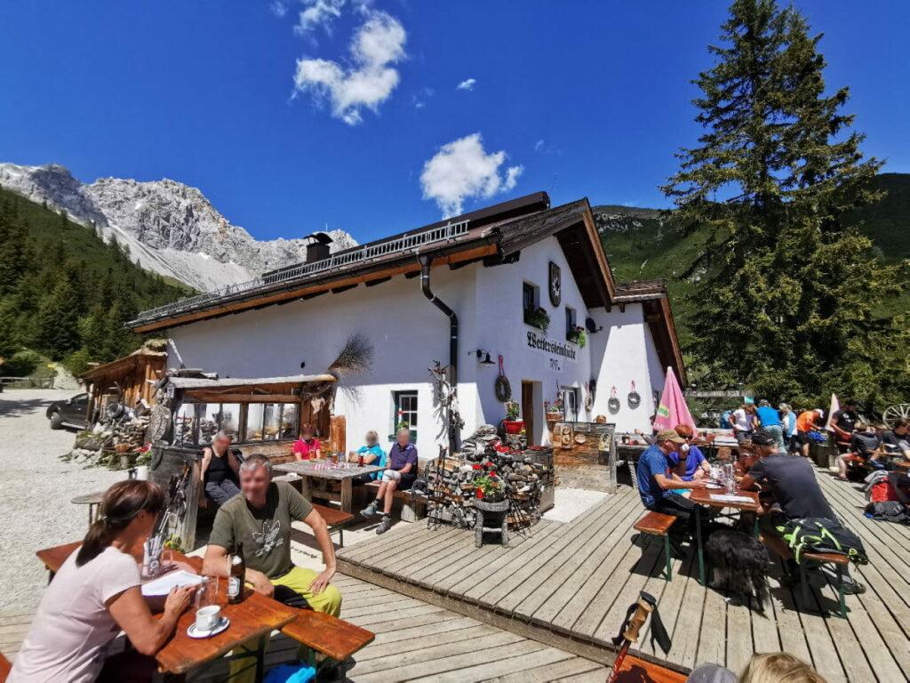 Urige Hütte mit Sonnenterrasse im Wettersteingebirge: Die Wettersteinhütte
