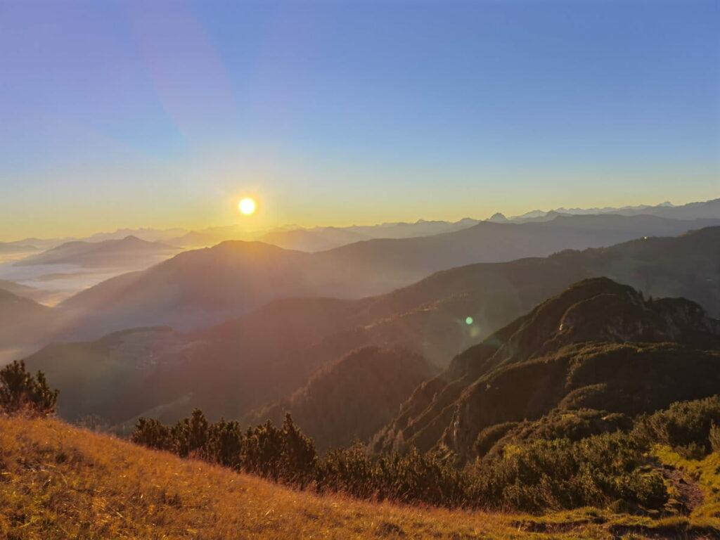 Die Wärme der letzten Sonnenstrahlen bei den Herbstwanderungen genießen