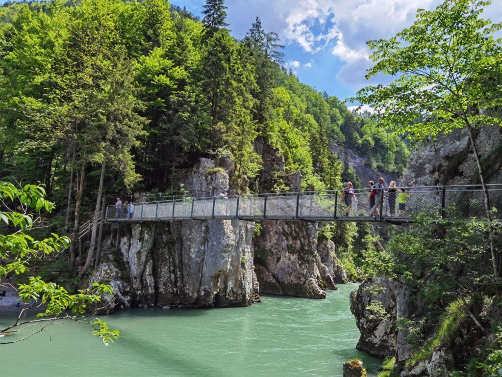 Gemütlich in den Chiemgauer Alpen wandern mit Kindern - über die Klobenstein Hängebrücke in der Entenlochklamm