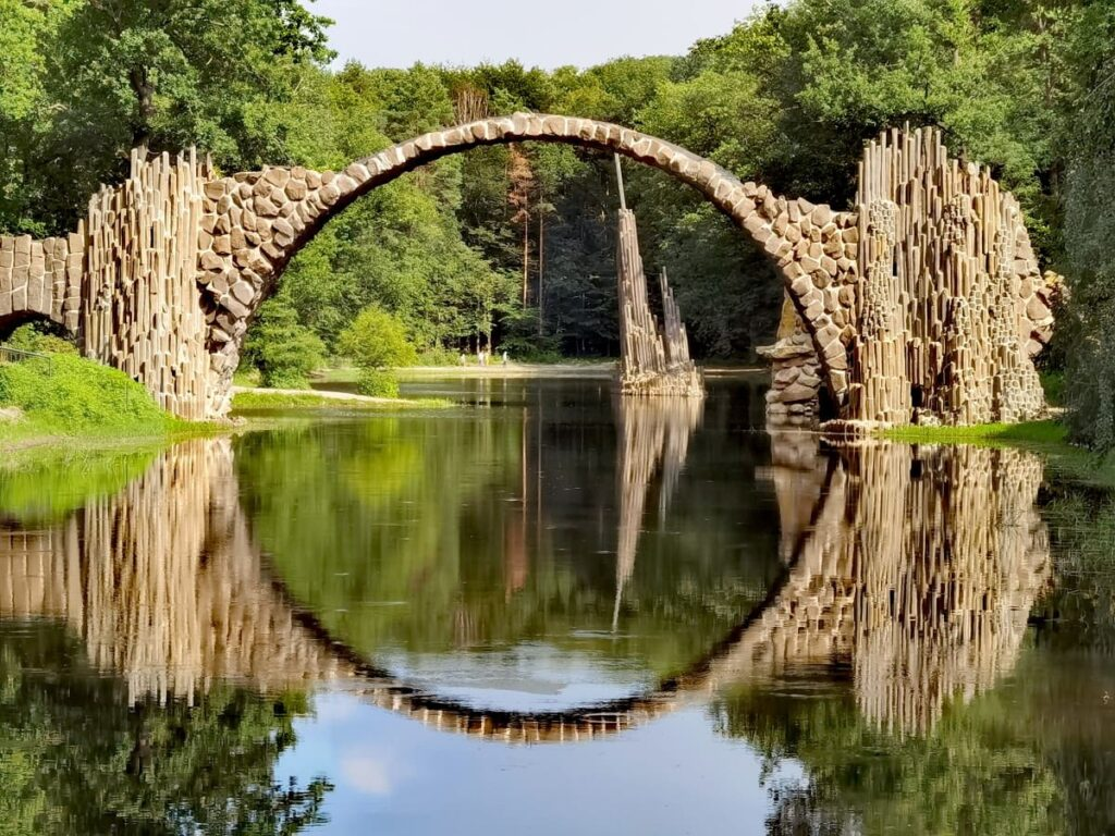 Am Rakotzsee wandern in Deutschland - mit Blick auf die berühmte Rakotzbrücke