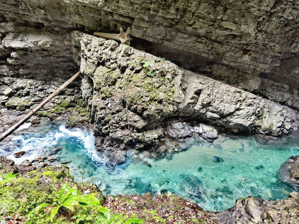 In Laterns wandern durch die Üble Schlucht und das türkisgrüne Wasser der Frutz entdecken