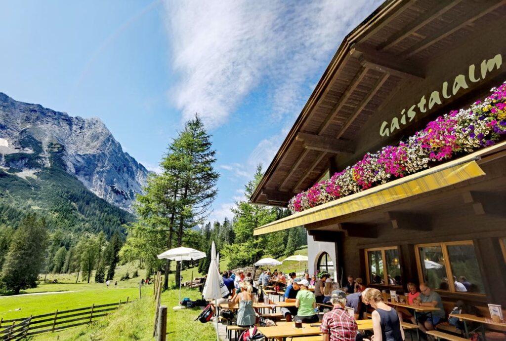 Zu einer besonders urigen Alm in Österreich wandern - die Gaistalalm in der Leutasch