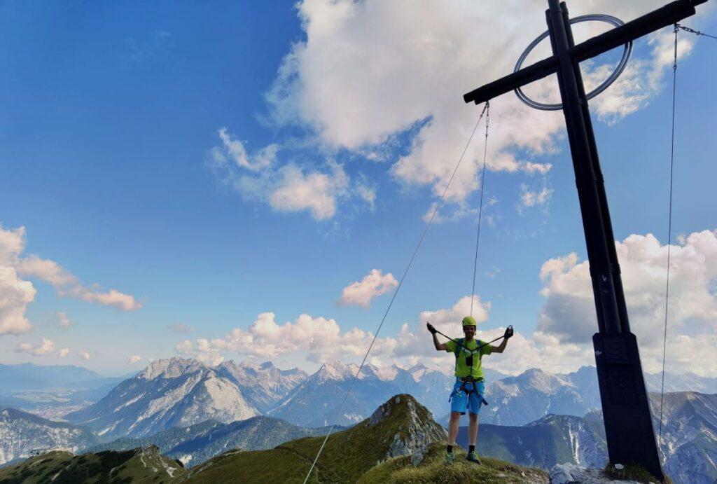 Wandern Österreich mit viel Panorama und Gipfelkreuz - auf der Seefelder Spitze in Seefeld