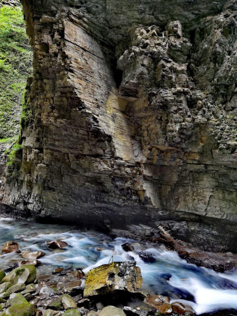 Üble Schlucht - steil fallen die Felswände ab, unten fließt die Frutz